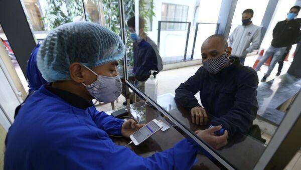 Khu vực sàng lọc, khai báo y tế điện tử cho khách vào bệnh viện.  - Sputnik Việt Nam