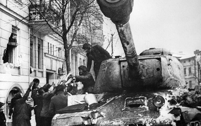 Các cư dân thành phố Poznan của Ba Lan hân hoan chào đón những chiến sĩ giải phóng Liên Xô trên xe tăng IS-2