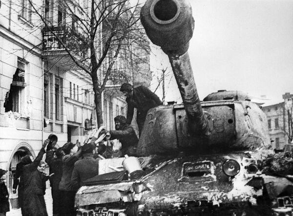 Các cư dân thành phố Poznan của Ba Lan hân hoan chào đón những chiến sĩ giải phóng Liên Xô trên xe tăng IS-2 - Sputnik Việt Nam