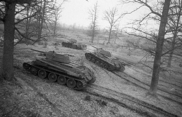 Xe tăng Xô-viết T-34 trên đường tiến công - Sputnik Việt Nam
