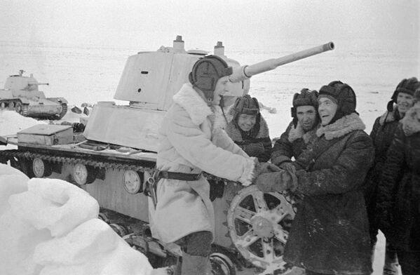 Chiến sĩ lái tăng hạng nhẹ T-26 thuộc trung đội P.V. Pechenin trong khoảng nghỉ hiếm hoi giữa các trận đánh - Sputnik Việt Nam