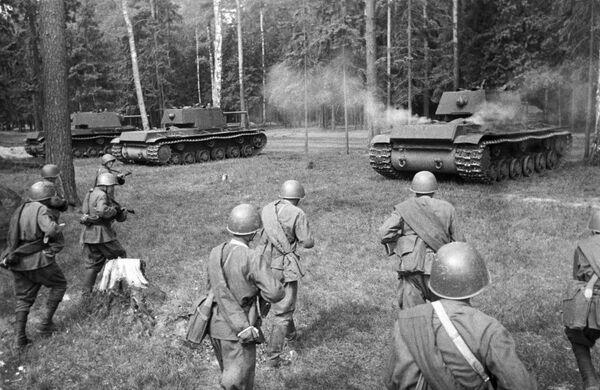 Xe tăng Xô-viết hạng nặng KV-1 đến vị trí tấn công - Sputnik Việt Nam