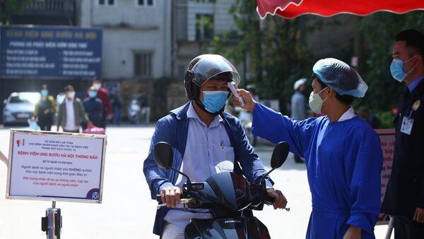 Khu vực cổng vào bệnh viện có chốt trực 24/24, kiểm soát, đo thân nhiệt cho những người vào bệnh viện. - Sputnik Việt Nam