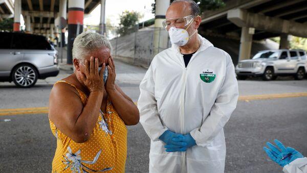 Người phụ nữ vô gia cư trong một cuộc kiểm tra coronavirus tại trung tâm thành phố Miami, Hoa Kỳ - Sputnik Việt Nam