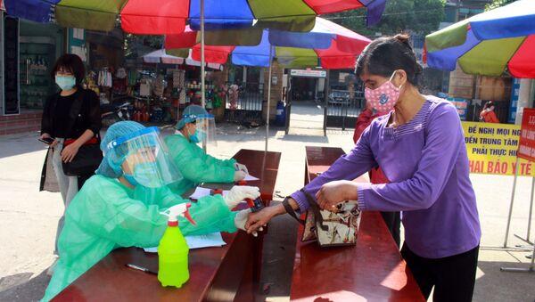 Tất cả người dân đến khám bệnh tại Trung tâm Y tế huyện Yên Dũng, Bắc Giang đều được khai báo y tế và thực hiện nghiêm các biện pháp phòng dịch.  - Sputnik Việt Nam