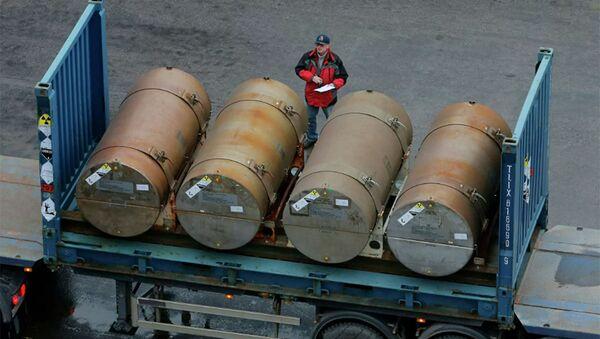 Các thùng chứa uranium làm giàu thấp để sử dụng làm nhiên liệu cho các lò phản ứng hạt nhân tại một cảng ở St. Petersburg, Nga. Lưu trữ hình ảnh - Sputnik Việt Nam