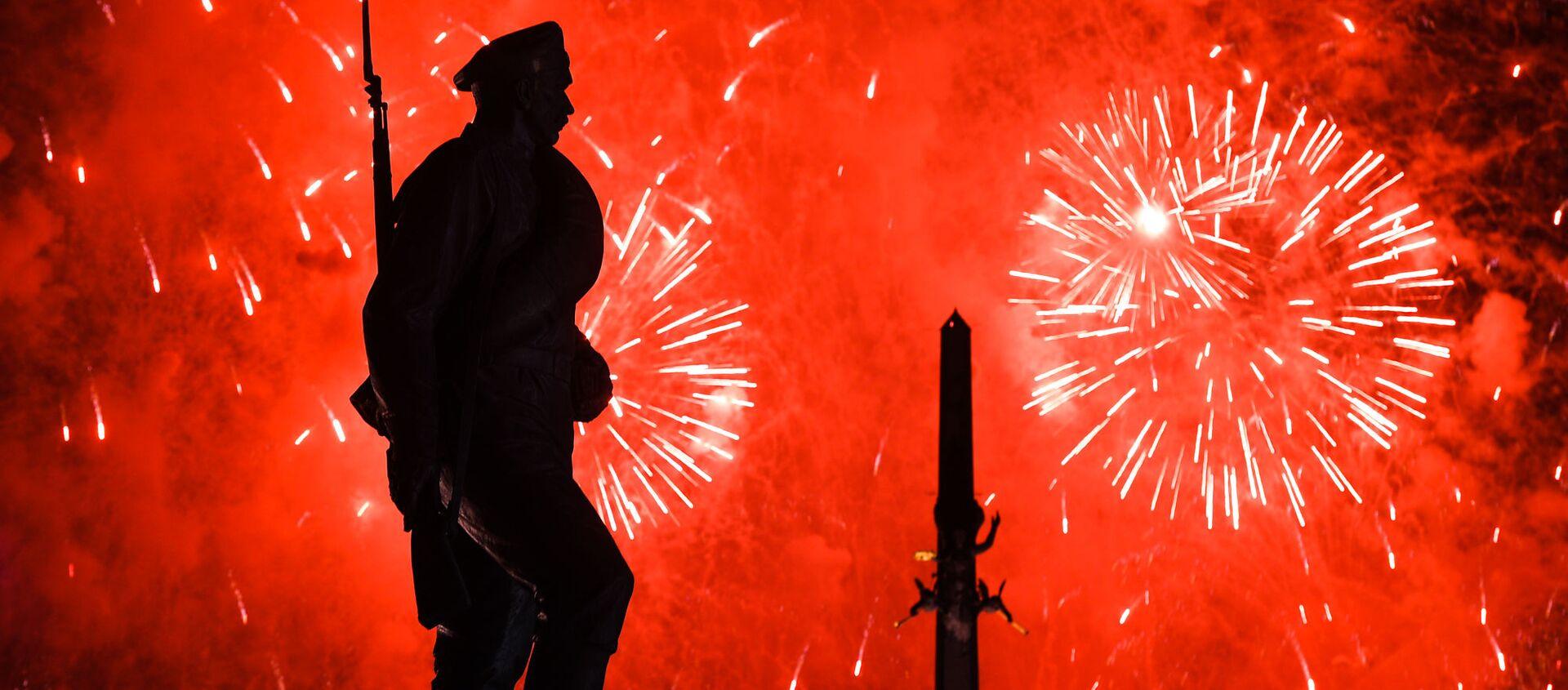 Màn pháo hoa kỷ niệm Ngày Chiến thắng 9/5 trên đồi Poklonnaya ở Matxcơva - Sputnik Việt Nam, 1920, 03.05.2020