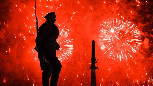Màn pháo hoa kỷ niệm Ngày Chiến thắng 9/5 trên đồi Poklonnaya ở Matxcơva - Sputnik Việt Nam