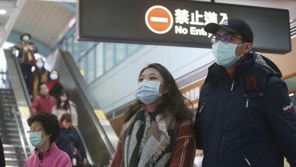 Người dân đeo mặt nạ bảo vệ tại một ga tàu điện ngầm ở Đài Bắc, Đài Loan. - Sputnik Việt Nam