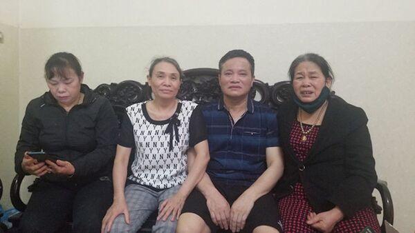 Ông Lẫm, bà Quyết (giữa) đã được về nhà sau khi tòa cấp cao thay đổi biện pháp ngăn chặn  - Sputnik Việt Nam