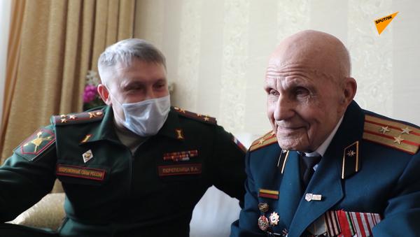 Diễu binh trực tuyến chào mừng Chiến thắng: Quân đội chúc mừng cựu chiến binh như thế - Sputnik Việt Nam