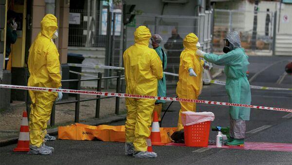 Nhân viên y tế trong bộ đồ bảo hộ ở Lisbon - Sputnik Việt Nam