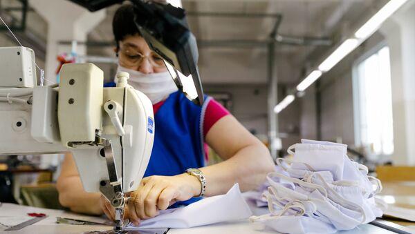Sản xuất khẩu trang y tế ở Nga. - Sputnik Việt Nam