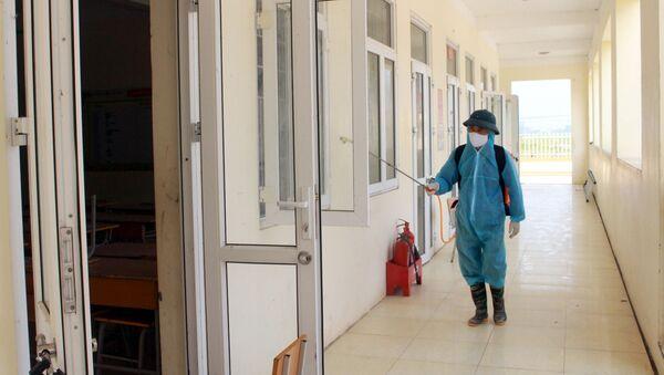 Trường THCS Quảng Minh, Việt Yên, Bắc Giang tiến hành phun hóa chất khử trùng toàn bộ trường học trước khi đón học sinh trở lại.  - Sputnik Việt Nam
