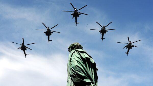 """Máy bay trực thăng """"Thợ săn đêm"""" Mi-28H trong cuộc duyệt binh kỷ niệm 70 năm Chiến thắng của nhân dân Liên Xô trong Thế chiến II - Sputnik Việt Nam"""