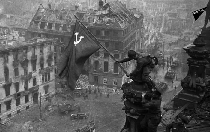 Lá cờ Chiến thắng trên trụ sở Quốc hội Đức phát-xít