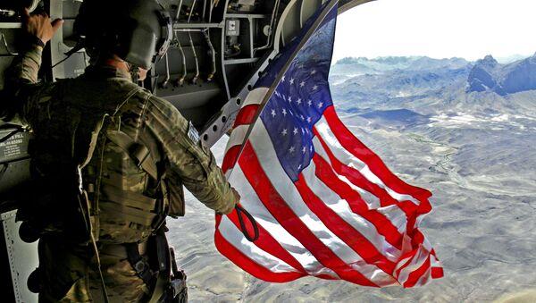 Người lính Mỹ với cờ Mỹ - Sputnik Việt Nam