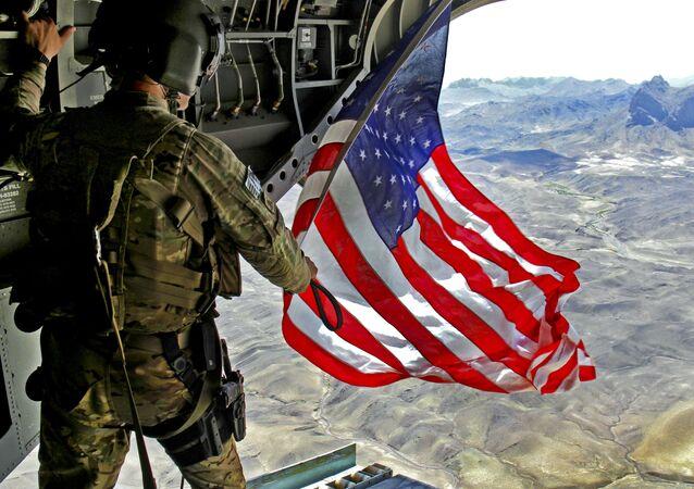 Người lính Mỹ với cờ Mỹ