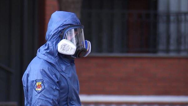 Một chuyên gia hóa sinh liên quan đến việc khử trùng một điểm lắp ráp ở Moscow. - Sputnik Việt Nam