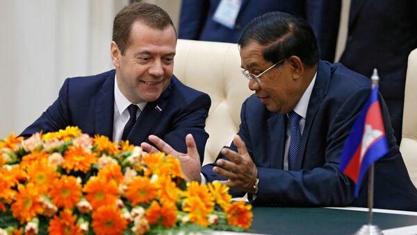 Thủ tướng Nga Dmitry Medvedev và Thủ tướng Campuchia Hun Sen trong lễ ký kết các văn bản chung tại Phnom Penh - Sputnik Việt Nam
