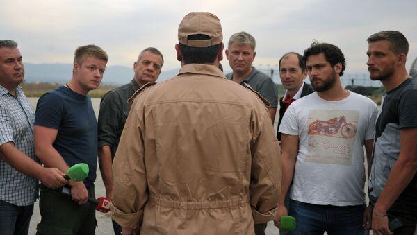 Đại úy Konstantin Murakhtin, phi công lái máy bay Su-24 trả lời câu hỏi của nhà báo tại căn cứ không quân Hama ở tỉnh Hama, Syria - Sputnik Việt Nam