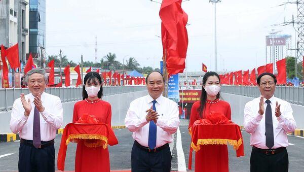 Thủ tướng Nguyễn Xuân Phúc và các đại biểu thực hiện nghi thức khánh thành. - Sputnik Việt Nam