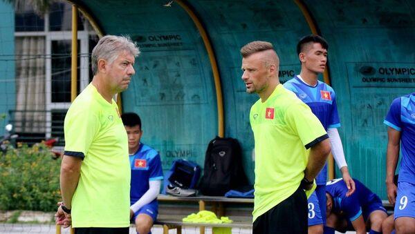 Giám đốc kỹ thuật Juergen Gede (trái) chia tay bóng đá Việt Nam sau 4 năm gắn bó với nhiều thành công - Sputnik Việt Nam