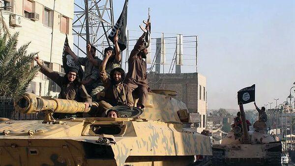 Các chiến binh của nhóm khủng bố Nhà nước Hồi giáo (IS, bị cấm ở Nga) tại thành phố Raqqa, Syria - Sputnik Việt Nam