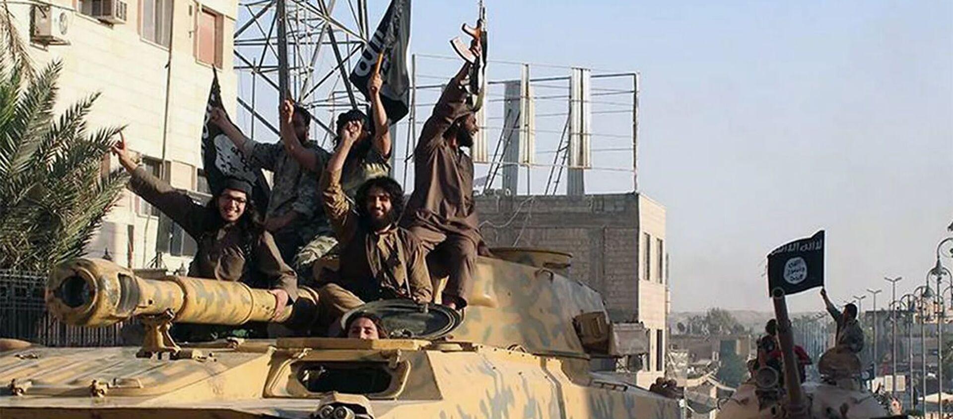 Các chiến binh của nhóm khủng bố Nhà nước Hồi giáo (IS, bị cấm ở Nga) tại thành phố Raqqa, Syria - Sputnik Việt Nam, 1920, 14.09.2021