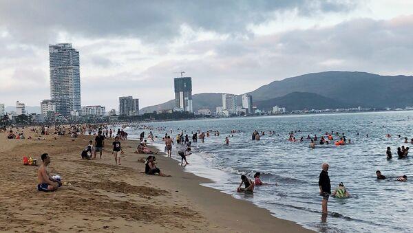 Du khách du lịch và tắm mát tại bãi biển Quy Nhơn (Bình Định). - Sputnik Việt Nam