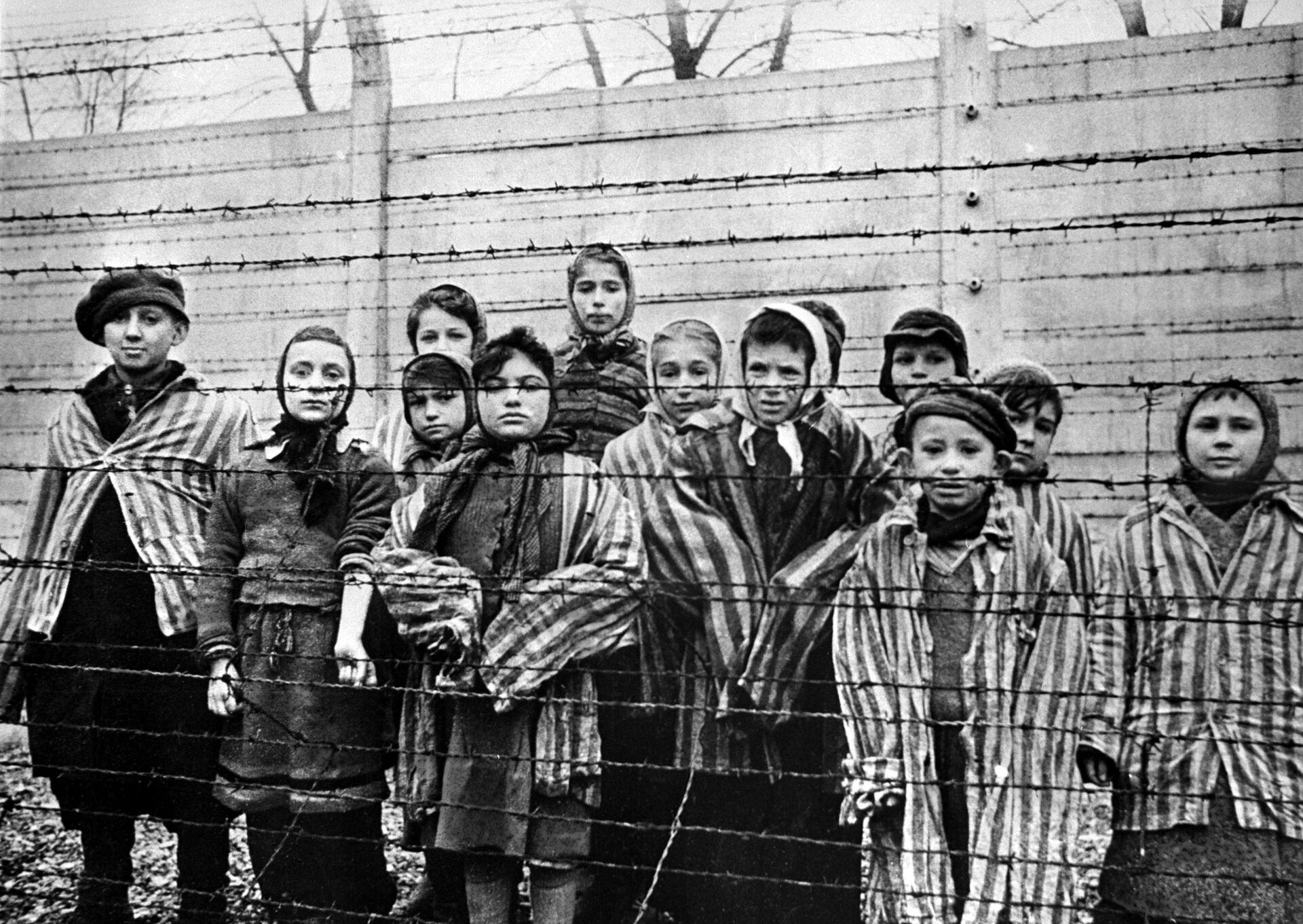 Trẻ em bị giam giữ tại trại tập trung Auschwitz, 1945 - Sputnik Việt Nam, 1920, 05.10.2021