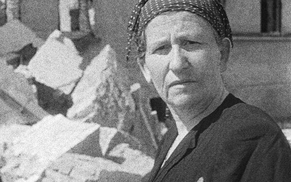Nữ cư dân của khu Ghetto Do Thái trên đống đổ nát của chính ngôi nhà mình, 1943 - Sputnik Việt Nam
