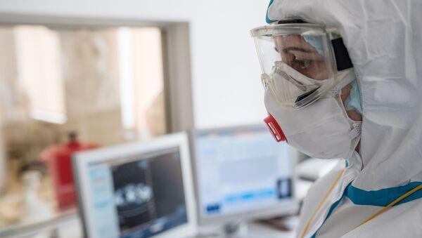 Nhân viên y tế trong bệnh viện cho bệnh nhân bị nhiễm coronavirus - Sputnik Việt Nam