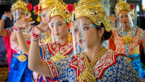Các vũ công mang tấm nhựa chống dịch trong buổi biểu diễn tại Đền Erawan ở Thái Lan - Sputnik Việt Nam