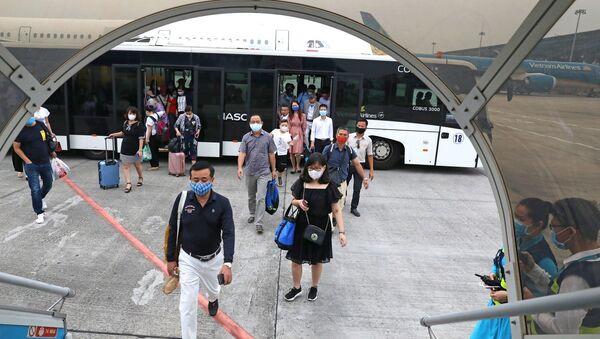Hành khách bắt buộc phải đo thân nhiệt và khai báo y tế trước khi lên máy bay. - Sputnik Việt Nam
