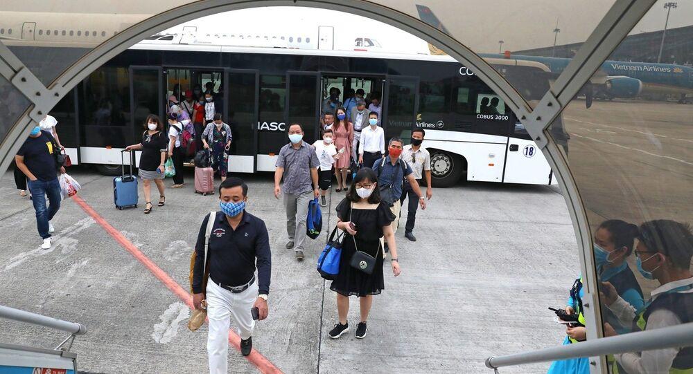 Hành khách bắt buộc phải đo thân nhiệt và khai báo y tế trước khi lên máy bay.