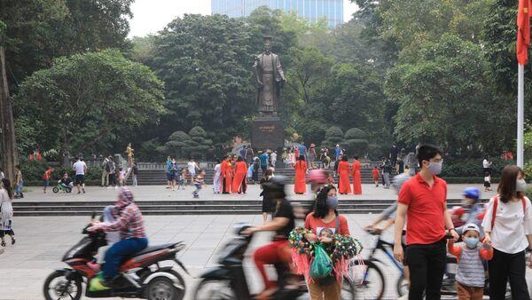 Khu vực hồ Hoàn Kiếm lượng khách du lịch và người dân tăng cao dịp nghỉ lễ 30-4 và 1-5 - Sputnik Việt Nam
