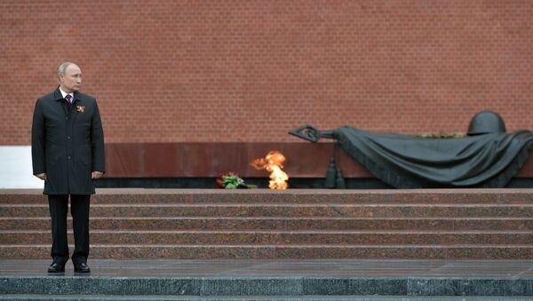 Tổng thống Nga Vladimir Putin đặt hoa tại Mộ Người lính Vô danh trong vườn Alexandrovskiy. - Sputnik Việt Nam