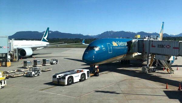 Máy bay của Vietnam Airlines đón công dân Việt Nam tại sân bay quốc tế Vancouver (Canada) - Sputnik Việt Nam