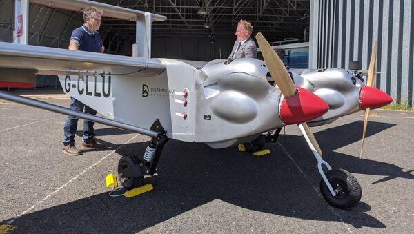 UAV hai động cơ không người lái ở phía trước nhà chứa máy bay tại sân bay Li-on-Solent, Vương quốc Anh - Sputnik Việt Nam