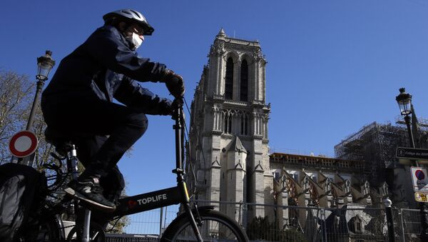 Người đi xe đạp tại nhà thờ Đức Bà ở Paris - Sputnik Việt Nam