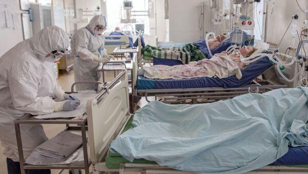 Bệnh nhân và nhân viên y tế trong bệnh viện dành cho bệnh nhân nhiễm coronavirus tại bệnh viện A.N. Bakulev ở Moscow - Sputnik Việt Nam