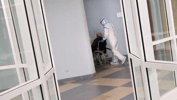 Nhân viên y tế và bệnh nhân trong bệnh viện dành cho bệnh nhân nhiễm coronavirus tại phòng khám của Đại học quốc gia Moscow - Sputnik Việt Nam