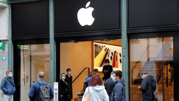 Nhân viên và khách hàng đeo khẩu trang y tế tại cửa hàng thương hiệu Apple ở Zurich, Thụy Sĩ - Sputnik Việt Nam