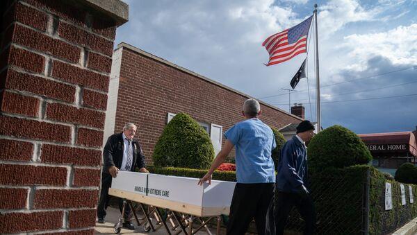 Một cỗ quan tài với thi thể của một coronavirus đã chết được lấy từ một nhà tang lễ ở New York, Hoa Kỳ - Sputnik Việt Nam