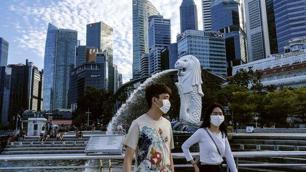 Cặp đôi đeo khẩu trang ở Singapore - Sputnik Việt Nam