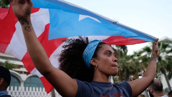 Cô gái với lá cờ Puerto Rico ở thành phố San Juan - Sputnik Việt Nam