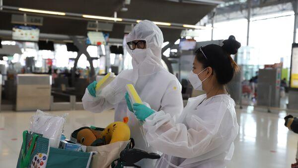 Một số công dân trang bị rất đầy đủ đồ bảo hộ. - Sputnik Việt Nam