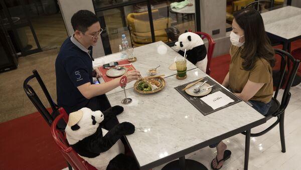 Khách đến nhà hàng trong giai đoạn giãn cách ở Bangkok - Sputnik Việt Nam