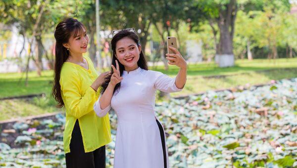 Khách du lịch lưu lại những khoảnh khắc đẹp với Sen quê Bác - Sputnik Việt Nam